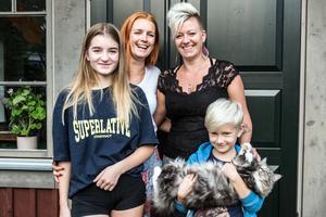 Åsa Skrindsta är 37 år och arbetar på Borlänge kommun. På fritiden är hon dansinstruktör, målar och håller på med keramik. Hade sin första utställning i samband med en välgörenhetsdans på Lilltorpet. Angelica Sjöholm är 34 år och jobbar på Kristinegymnasiet som elevassistent, ofta med elever som har svårt för matte. Leder danskurser och zumba. Hoppar fallskärm. Familj: Lukas 16 år, Svea 14 år och Ingrid 8 år.