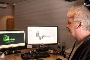 Konstruktören Christer Alkerud ritar en konstruktion i datorn innan den blir verklighet.