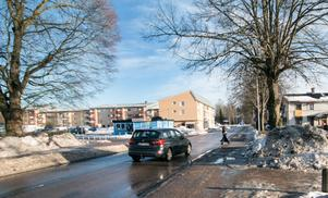 En ung kvinna hittades på söndagen avliden i en lägenhet i centrala Norberg. Tre dagar senare konstaterade förundersökningsledaren att det med största sannolikhet inte handlar om mord.