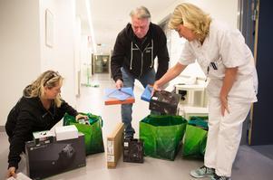 Väskorna fulla med elektroniska barnleksaker packas upp av Annelie Heintz, Lennart Heintz och Lotta Steen.