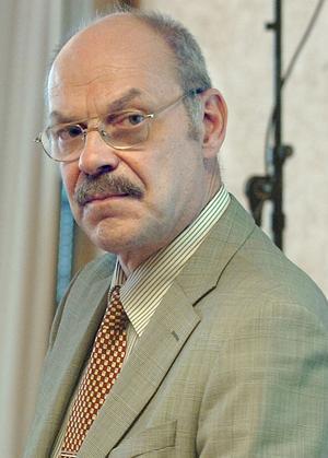 Statsvetaren Gun Hedlund tycker inte att Svante Lönnbark ska leka näringslivsdirektör.