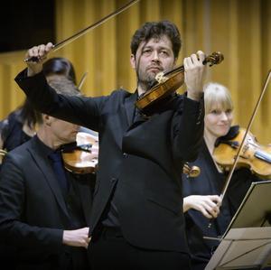 """Lawrence Powers violin för en livlig dialog med cellon i Brahms """"Dubbelkonsert"""", finalnumret i Västerås sinfoniettas program under en turné på Västkusten och i tre engelska städer, däribland London.Foto: Lennart Hyse"""