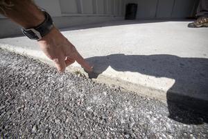 Den här carporten lyftes cirka 40 millimeter och den mörkare delen av plattan är den som varit under marknivån.