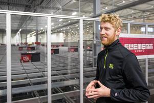Tobias Johansson är lagerchef på XXL i Västra Pilängen. Han berättar att om uppgifterna i det automatiska lagret skulle skötas manuellt så skulle det behövas 30 personer och 30 gaffeltruckar, plus betydligt större utrymme.