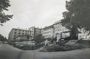 Redan 1875 byggdes det första lasarettet på Norrmalm, ett trähus i tre våningar mellan Badhusparken och Tivoli. 1908 uppfördes en större byggnad i sten som fungerade som länslasarett fram till 1975 då nuvarande Sundsvalls sjukhus invigdes. Bilden är tagen i september 1975, då flytten skedde.