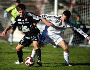 Lasse Oscarsson i kamp med en Karlstadspelare.