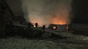 Räddningstjänsten insåg snabbt att byggnaden inte gick att rädda till följd av det häftiga brandförloppet. I stället koncentrerade man sig på att förhindra brandspridning till övriga byggnader på gården och i området.