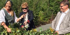 Västmanlands landshövding, Minoo Akhtarzand, fick en sax modell större i handen när det var dags att klippa av  invigningsbandet som den här gången bestod av lövade grenar. Men det var först efter stor möda och en hel del skratt som hon  tillsammans med Sala silvergruvas vd Jennie Hesslöw  och Salas kommunalråd Anders Wigelsbo kunde förklara naturreservatet invigt.