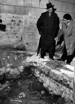 Riksantikvarien Bengt Thordeman, till vänster, och biskopen John Cullberg, inspekterar resterna av medlemmar ur Stureätten i det så kallade Sankt Eriks gravkor som grävdes fram vid den arkeologiska undersökningen 1958. Foto: VLT.