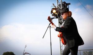 Maximillian, från Idol, såg ut som han var med i Blues brothers och sjung covers till publikens glädje. Foto: Lennye Osbeck
