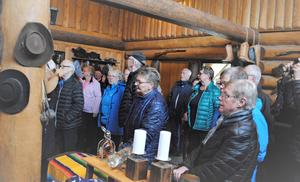 Cowboykåken i Mårdsjön är en fantastisk byggnad, som besökarna från SPF Gimådalen imponerades av. Foto: Gertrud Sunding
