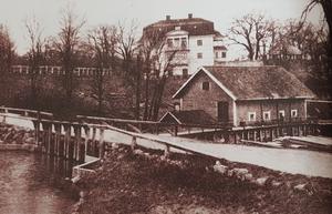 """Fituna säteri slutet av 1800-talet. Den vita huvudbyggnaden var relativt ny när Elin var på besök men är numera riven. Delar av den stora parken skymtar till vänster och gamla huset """"Exellensen"""" till höger. I förgrunden den gamla kvarnen. Foto: Nynäshamns bildarkiv"""