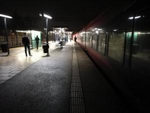 MTR:s fjärrtåg från Göteborg till Stockholm var ett av många som drabbades av elfelet i Älvsjö. MTR lät resenärerna kliva av på pendeltågsstationen i Järna. Läsarbild: Anna-Karin Swanton