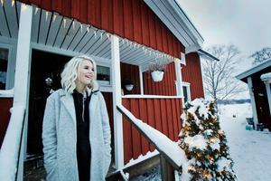 För att satsa på sin egna musik hoppade Frida av en musikskola i Göteborg och flyttade hem till Hedemora.