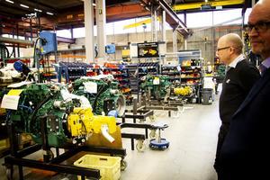 Volvomotorer på väg mot Eco Logs produktionslina.