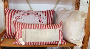 Berit Eldvik visar kuddar med återbrukade textilier.