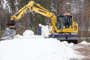 Tre grävmaskiner, fyra lastbilar och en lastmaskin var igång under torsdagen och fredagen för att ordna skidspår i Högbo bruk.