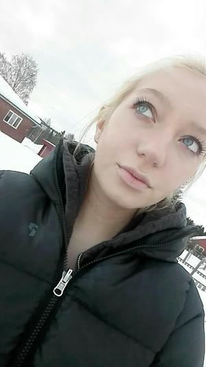 Emma Åkerman, 21, från Härnösand, trodde att mannen som kontaktade henne via Facebookgruppen Swish-akuten ville skänka henne pengar till mat. I stället fick hon ett kränkande erbjudande.