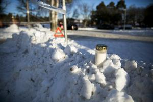 Ett ljus placerades i en snödriva nära platsen.