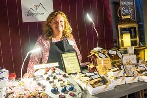 Nettan Ljungberg från Funäsdalen ställde ut och sålde sina chokladpraliner på  mässan. En hobby som också är ett företag.