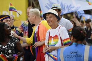 Stockholms Prideparad 2019. Den 86-åriga Barbro Westerholm deltar, nu som riksdagsledamot för Liberalerna. Foto: Stina Stjernkvist/TT