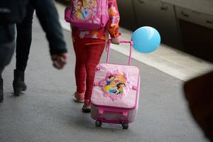 Föräldrarna tog med sig barnen och flyttade utomlands men fortsatte att kvittera ut svenska bidrag, enligt Försäkringskassan.