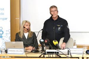 Christer Bergh, biträdande räddningschef vid Norrtälje kommun till höger om Annika Viklund från Vattenfall eldistribution.