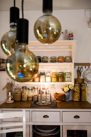 Gammalt och nytt. De moderna lamporna möter den gamla känslan som köpmandisken ger.