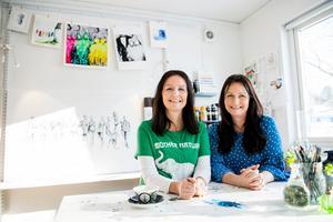 Med gemensam kraft växer systrarna Linda  Söderqvist och Lena Gyllroths målningar fram.