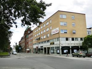 Åhlénshuset där Hemköp varit inrymt har också en tom lokal på hörnet, där en ny hyresgäst aviserat inflyttning i höst.