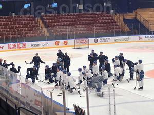 Tränarna Roger Melin, Jens Nielsen och Gunnar Persson pratar med spelarna mellan övningarna.