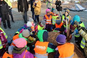 Barnen hjälper till med första spadtaget till Paradisskolan i Borlänge.