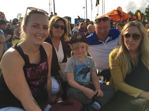 - Det är kul. Det är en adrenalinkick, säger Josefine Sandberg, längst till vänster och förklarar varför hon vill se motorshowen. Bredvid sitter Inger, Oscar, Johanna och Ove, alla heter Sandberg i efternamn.