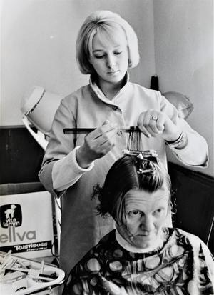 Harriet Bruhn som frisörstudent i slutet av sextiotalet. Foto: privat