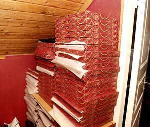 De färdiga verktygen förpackas i pizzakartonger.