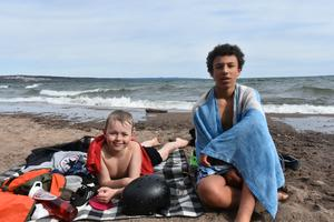 Oliver Lange Nyström och Malte John är inga badkrukor. De har tagit tidiga vårdopp innan och passade på att bada två gånger