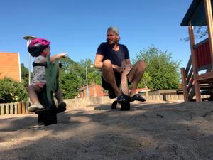 Marcus Dahlbom med dottern Ella. Den förre VIK-målvakten har två döttrar som han nu får mer tid med. FOTO: Privat