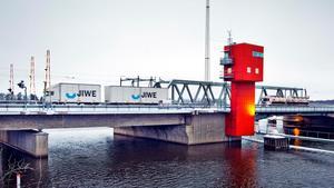Det är styrsystemet för Kvicksundsbron – såväl järnvägsbro som landsvägsbro – som ska renoveras. Under tiden kan det ta tid om man blir stående på fel sida broöppningen. Bilden är tagen från södra landfästet, ungefär där bron som förband Sörmland med Västmanland åren 1923-1976 fanns.