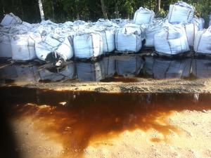 Säckar fyllda med batteriavfall läcker ut tungmetaller till jorden och grundvattnet i Örebro kommun.