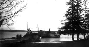 Den här bilden är tagen på Norderön 1924. Inte så märkvärdigt kan man tänka tills man får veta att den är tagen på juldagens morgon när vädret var så märkligt milt att hela Storsjön låg öppen ännu. Därför beslutade sig östersundsborna för att fira julotta på Norderön och båtarna