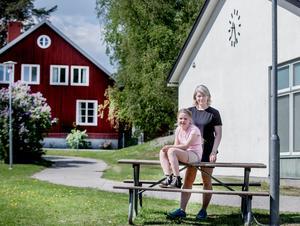 Alva Thorén går i trea npå Glanshammars  skola,  men familjen har flytta till Mark, söder om Ormesta.  Mamma Susanne Thorén har ansökt om skolflytt till Almbyskolan, men några veckor för sommarlovet börjar har de fortfarande inte fått något besked.