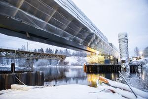 I nästan ett år har bron legat och väntat på att problemen med brostöd två skulle lösas. Nu ligger den 150 meter långa bron på rätt plats.
