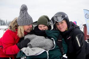 Mamma Carina Hedhult Wiklund, Sanna Wiklund och assistent Sara Nilsson.