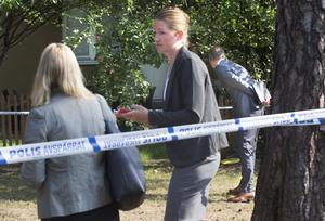 Åklagarduon Karolin Hellsberg, med ryggen mot kameran, och Helena Lundgren guidade runt vid lägenheten på Skallbergsgatan där en 42-åring sköts till döds i december 2016.