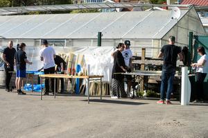 Ett tiotal personer var på plats för att förbereda det sista inför Tifot på Lördag. De sista detaljerna gör supportrarna på matchdagen.