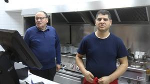 Uthman Assali äger Medelhavets Kolgrill och sonen Ala-Eddin Assali  sköter den dagliga verksamheten på plats.