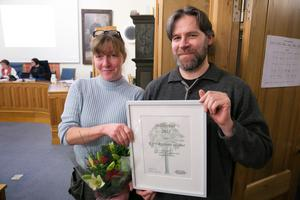 Emma och Lars-Christer Billbäck fick ta emot Rättviks kommuns eget miljöpris.