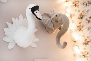 I barnkammaren sitter ett svanhuvud och elefanthuvud på väggen.