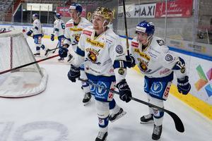 Kristian Jakobsson och Victor Öhman firar efter en seger. Öhman har också kommit igång hyfsat med produktionen och har gjort sju mål och spelat fram till två. Bild: Fredik Hagen/NTB Scanpix/TT