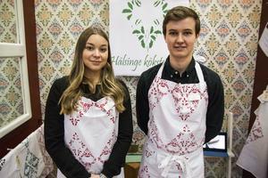 Mathilda Essell och Fanny Brolin från Staffangymnasiet gör hälsingetryck på kökstextilier. Med i företaget är också Victoria Lindholm och Maja Elfors.
